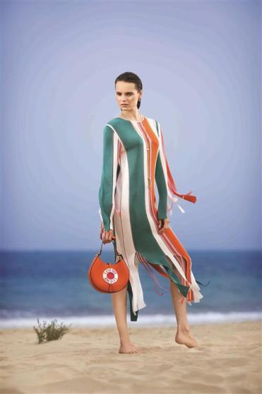 DRESS: Marco De Vincenzo - Al Ostoura Thuraya Mall BAG: Loewe - Al Ostoura Thuraya Mall, Al Ostoura The Avenues NECKLACE: Chloé - Thuraya Mall, Al Ostoura Salhiya Complex EARRINGS: Lucas Jack - Al Ostoura The Gate Mall, Limelight Salhiya Complex